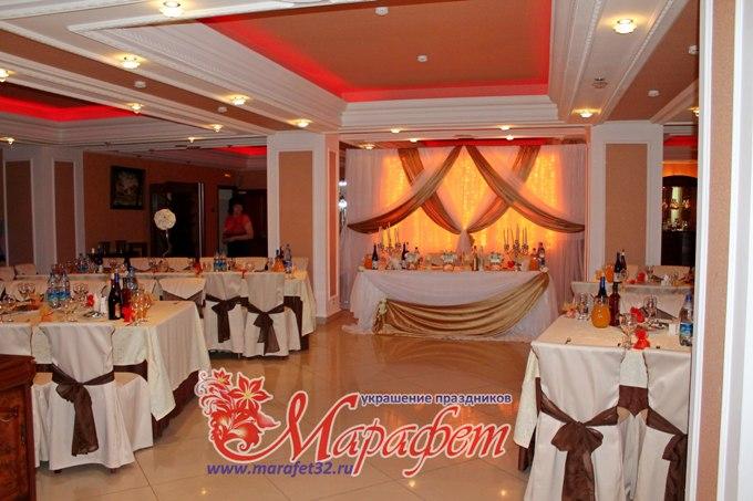 Свадебного стола и фона за молодыми